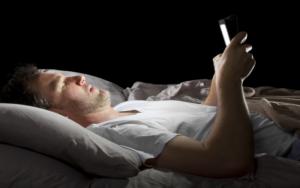 """¿Cómo el """"insomnio tecnológico"""" puede traer consecuencias en tu vida?"""