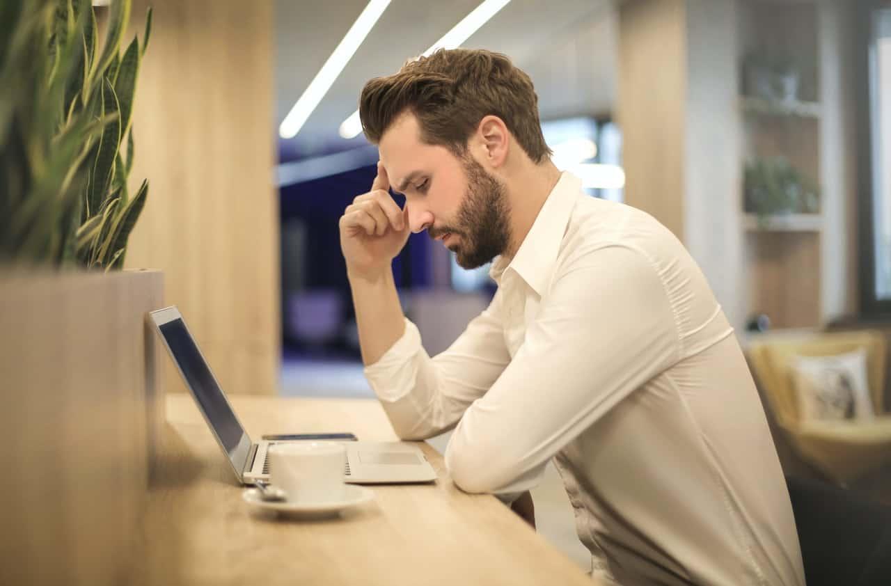 hombre con estres laboral con computador